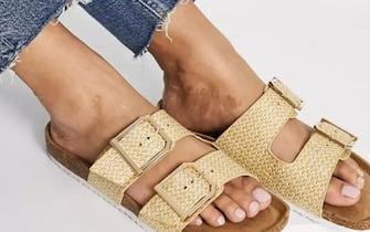 Sandali bassi con doppia fibbia, color avena