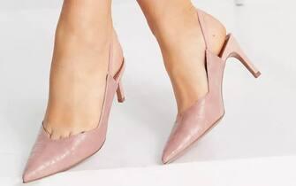 Scarpe con tacco medio e con cinturino posteriore, colore beige