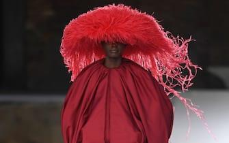 La sfilata di Valentino a Venezia: una modella in passerella