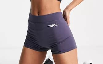 Only Play - Shorts da allenamento grigio pietra scuro a vita alta