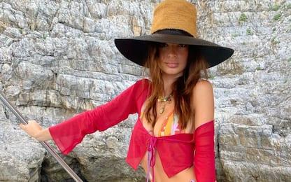 Emily Ratajkowski in Puglia, tra crudi e ricci di mare: le foto