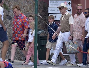 Elton John con il marito David Furnish e i loro figli a Portofino