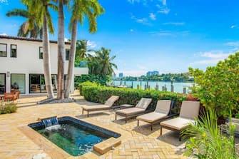 [galleria](KIKA) - HOLLYWOOD - I Bennifer fanno sul serio e come qualsiasi coppia ha deciso di soddisfare il desiderio di convivere sotto lo stesso tetto.GUARDA ANCHE:Idillio estivo, i Bennifer a cena all'Opéra di Saint-TropezLa diva latinoamericana e lâ  attore hanno messo gli occhi su una villa dal valore di 18 milioni di dollari situata a Miami. La lussuosa tenuta sul lungomare comprende una enorme piscina, una jacuzzi, una spa, un molo e un ascensore per imbarcazioni. Le aree salotto con impeccabili vedute sul lungomare della Florida completano gli spazi esterni della residenza.Opere dâ  arte uniche nel loro genere, illuminate da una potente luce naturale danno bella mostra di sé nellâ  ampio soggiorno, mente i pasti con i 5 figli, 3 lui e 2 lei, verranno consumati in una cucina da chef con isola e bancone per la colazione. La sala da pranzo formale si trova a pochi passi dalla stupenda area esterna, un vezzo irrinunciabile per chi ha intenzione di invitare a pranzo amici della Hollywood che conta.GUARDA ANCHE:Ecco cosa pensa Matt Damon della coppia Affleck-JLoLa camera padronale ha lâ  impagabile comodità di avere un bagno privato con doccia in marmo e vasca incorporata al suo interno. Impossibile rinunciare alla cabina armadio, una suite vera e propria che potrà contenere tutti i capi dâ  alta moda della popstar.