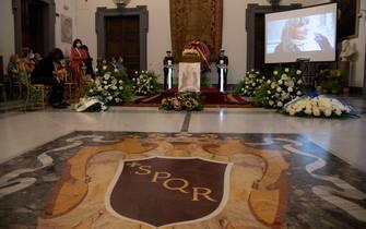 Una immagine della camera ardente di Piera Degli Esposti, allestita nella Sala Protomoteca del Comune di Roma, 17 agosto 2021.   MAURIZIO BRAMBATTI/ANSA