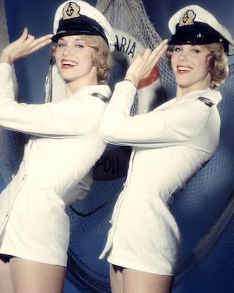ALICE UND ELLEN KESSLER - DIE KESSLER ZWILLINGE im Showkostüm. Studioaufnmahme, 1959. Alice and Ellen Kessler - The Kessler Twins, Studio Still, 1959.