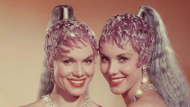 Alice und Ellen Kessler - Die Kessler Zwillinge im Showkostüm. Studioaufnahme, 1959. Alice and Ellen Kessler - The Kessler Twins. Studio Still, 1959.