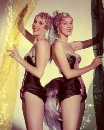Alice und Ellen Kessler - Die Kessler-Zwillinge im Showkostüm. Studioaufnahme, 1959. Alice and Ellen Kessler - The Kessler Twins - Studio Still, 1959.