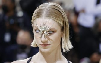 epaselect epa09466877 Hunter Schafer poses on the red carpet for the 2021 Met Gala, the annual benefit for the Metropolitan Museum of Art's Costume Institute, in New York, New York, USA, 13 September 2021. The event coincides with the Met Costume Institute's first two-part exhibition, 'In America: A Lexicon of Fashion' which opens 18 September 2021, to be followed by 'In America: An Anthology of Fashion' which opens 05 May 2022 and both conclude 05 September 2022.  EPA/JUSTIN LANE