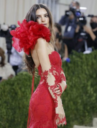 epa09466828 Emily Ratajkowki poses on the red carpet for the 2021 Met Gala, the annual benefit for the Metropolitan Museum of Art's Costume Institute, in New York, New York, USA, 13 September 2021. The event coincides with the Met Costume Institute's first two-part exhibition, 'In America: A Lexicon of Fashion' which opens 18 September 2021, to be followed by 'In America: An Anthology of Fashion' which opens 05 May 2022 and both conclude 05 September 2022.  EPA/JUSTIN LANE  EPA-EFE/JUSTIN LANE
