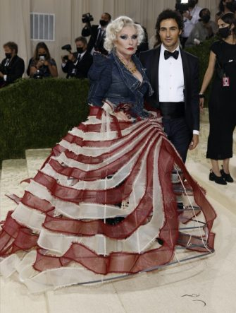 epa09466585 Zac Posen and Debbie Harry poses on the red carpet for the 2021 Met Gala, the annual benefit for the Metropolitan Museum of Art's Costume Institute, in New York, New York, USA, 13 September 2021. The event coincides with the Met Costume Institute's first two-part exhibition, 'In America: A Lexicon of Fashion' which opens 18 September 2021, to be followed by 'In America: An Anthology of Fashion' which opens 05 May 2022 and both conclude 05 September 2022.  EPA/JUSTIN LANE