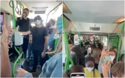 Angelo Duro protesta contro limitazioni Covid, show in bus con Rovazzi
