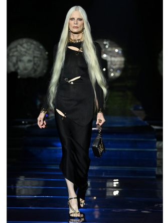 MILAN, ITALY - SEPTEMBER 26: Kristen McMenamy walks the runway at the Versace special event during the Milan Fashion Week - Spring / Summer 2022 on September 26, 2021 in Milan, Italy. (Photo by Daniele Venturelli/Daniele Venturelli / Getty Images )