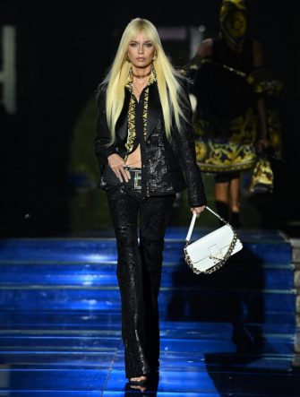 MILAN, ITALY - SEPTEMBER 26: Stella Maxwell walks the runway at the Versace special event during the Milan Fashion Week - Spring / Summer 2022 on September 26, 2021 in Milan, Italy. (Photo by Daniele Venturelli/Daniele Venturelli / Getty Images )