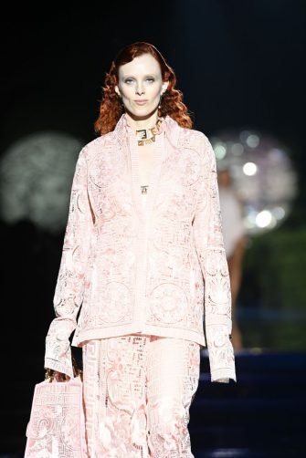 MILAN, ITALY - SEPTEMBER 26: Karen Elson walks the runway at the Versace special event during the Milan Fashion Week - Spring / Summer 2022 on September 26, 2021 in Milan, Italy. (Photo by Daniele Venturelli/Daniele Venturelli / Getty Images )