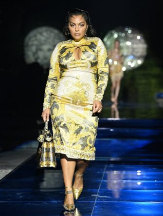 MILAN, ITALY - SEPTEMBER 26: Paloma Elsesser walks the runway at the Versace special event during the Milan Fashion Week - Spring / Summer 2022 on September 26, 2021 in Milan, Italy. (Photo by Daniele Venturelli/Daniele Venturelli / Getty Images )