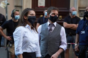 Mission Impossible 7: Tom Cruise and Hayley Atwell on set in Rome. In Italy is compulsory to wear a mask and the Hollywood actor is following the rules.