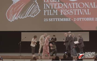 Bifest, Checco Zalone fa una sorpresa a Helen Mirren. VIDEO