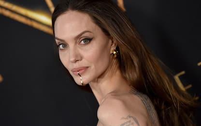 Angelina Jolie sul red carpet di Eternals sfoggia il chin cuff. FOTO