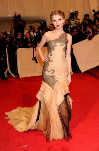 """NEW YORK, NY - MAY 02:  Taylor Swift attends the """"Alexander McQueen: Savage Beauty"""" Costume Institute Gala at The Metropolitan Museum of Art on May 2, 2011 in New York City.  (Photo by Kevin Mazur/WireImage)"""