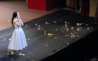 Alessandra Ferri saluta il pubblico dal palco
