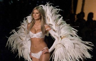 NEW YORK, UNITED STATES:  Supermodel Heidi Klum dressed as a Angel enters  the stage during the Victoria's Secret Fashion Show in Bryant Park 13 November 2001. The 7th Annual show kicks off the holiday season in New York.    AFP PHOTO  Timothy A. CLARY (Photo credit should read TIMOTHY A. CLARY/AFP via Getty Images)