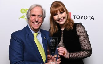 PACIFIC PALISADES, CALIFORNIA - SEPTEMBER 28: (L-R) Henry Winkler and Bryce Dallas Howard pose with 'EMA Green Parent Award at the Environmental Media Association 2nd Annual Honors Benefit Gala at Private Residence on September 28, 2019 in Pacific Palisades, California. (Photo by Andrew Toth/Getty Images for The Environmental Media Association)