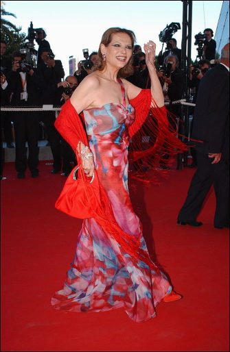 """FRANCE - MAY 20:  56th Cannes Film Festival: stairs of """"Le temps du Loup"""" in Cannes, France on May 20, 2003 - Claudia Cardinale (dress by Armani and jewelry by Bulgari).  (Photo by Pool BENAINOUS/CATARINA/Gamma-Rapho via Getty Images)"""