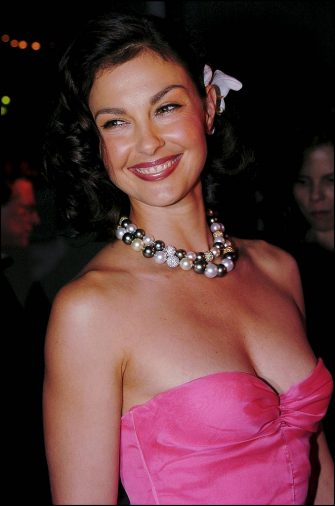 FRANCE - MAY 22:  Stars at the 57th Cannes film festival closing dinner in Cannes, France on May 22, 2004 - Ashley Judd. Ashley Judd dressed by Armani with a neckless Chanel Joaillerie.  (Photo by Pool CATARINA/DEROUBAIX/Gamma-Rapho via Getty Images)