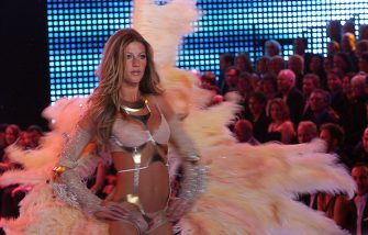 Hollywood, UNITED STATES:  Brazilian top  model Gisele Bundchen displays an outfit  during the Victoria's Secret Fashion Show in Hollywood, 16 November 2006.  AFP PHOTO GABRIEL BOUYS  (Photo credit should read GABRIEL BOUYS/AFP via Getty Images)