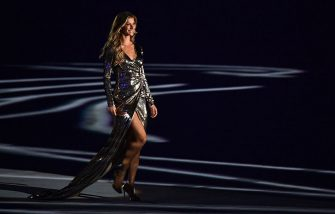 Brazilian model Gisele Bundchen walks across the stage during the opening ceremony of the Rio 2016 Olympic Games at Maracana Stadium in Rio de Janeiro on August 5, 2016. / AFP / FRANCK FIFE        (Photo credit should read FRANCK FIFE/AFP via Getty Images)