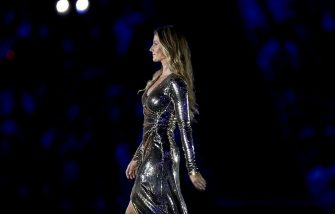 RIO DE JANEIRO, BRAZIL - AUGUST 05: Gisele Bundchen walks on the stage during the Opening Ceremony of the Rio 2016 Olympic Games at Maracana Stadium on August 5, 2016 in Rio de Janeiro, Brazil.  (Photo by Ezra Shaw/Getty Images)