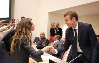 French President Emmanuel Macron shakes hands with Brazilian supermodel Gisele Bundchen during a meeting of the Global Pact for the Environment at the United Nations headquarters on September 19, 2017, in New York. / AFP PHOTO / POOL / LUDOVIC MARIN        (Photo credit should read LUDOVIC MARIN/AFP via Getty Images)