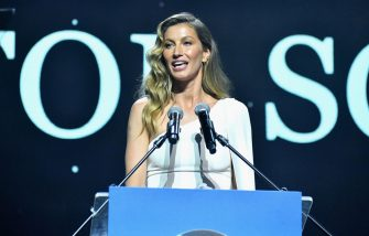 BEVERLY HILLS, CA - FEBRUARY 21:  Gisele Bündchen accepts her award onstage during the UCLA IoES honors Barbra Streisand and Gisele Bundchen at the 2019 Hollywood for Science Gala on February 21, 2019 in Beverly Hills, California.  (Photo by Stefanie Keenan/Getty Images for UCLA Institute of the Environment & Sustainability)