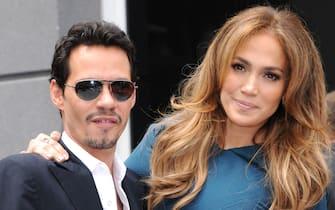"""(KIKA) - NEW YORK, 11 AGO - Marc Anthony vorrebbe tornare con Jennifer Lopez. Secondo quanto ha detto una fonte al settimanale UsWeekly, """"è in disaccordo su tutti i dettagli del divorzio per prendere tempo e sperare che lei ci ripensi"""". I due sono comunque stati visti insieme sul sedile posteriore di un'auto vicino a Southhampton, New York. Anthony stava, secondo il suo portavoce, andando a trovare i figli. Ha due gemelli con Jlo, Max ed Emme, tre anni, e tre figli da precedenti relazioni."""