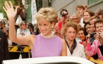 Lady Diana saluta i suoi ammiratori prima di entrare in auto