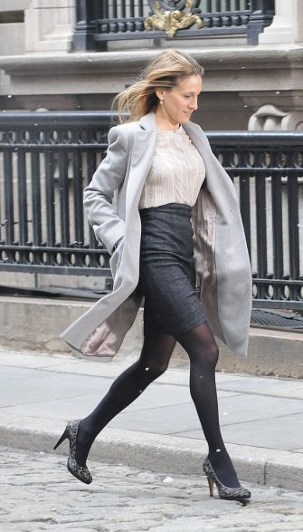 """NEW YORK - FEBRUARY 07:  (ITALY OUT, NY DAILY NEWS OUT, NY NEWSDAY OUT) Sarah Jessica Parker films on the set of """"I Don't Know How She Does It"""" on February 7, 2011 in New York City.  (Photo by Arnaldo Magnani/Getty Images)"""