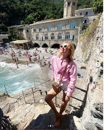 """(KIKA) - FIRENZE - Chiara Ferragni ha posato per uno shooting per Vogue Hong Kong all'interno della Galleria Degli Uffizi di Firenze e per l'occasione ha condiviso delle immagini che la ritraggono nel celebre museo toscano. Un'altra delle tante bellezze d'Italia che l'imprenditrice e influencer ha contribuito a valorizzare di fronte ai suoi 20,4 milioni di followerÂ¬â con i suoi post.LEGGI ANCHE:Â¬â Non mi basta piâ  Ï , il debutto canoro di Chiara FerragniÂ¬â Fin dall'inizio della fase 2, infatti, Chiara Ferragni â  Â® stata invitata in diversi luoghi, contribuendo con la sua immagine a rilanciare il turismo nel nostro Paese. Prima â  Â® stata la volta della Cinque Terre, poi dei Musei Vaticani, inclusa la Cappella Sistina dove solitamente â  Â® vietato fare foto e video.Â¬â E ora â  Â® stato il turno del capoluogo toscano, una perla rinascimentale che non ha eguali nel mondo.Â¬â LEGGI ANCHE:Â¬â Chiara Ferragni: """"Matilda ha un tumore""""Â¬â Dopo aver contribuito alla realizzazione della terapia intensiva al San Raffaele, grazie alle milionarie contribuzioni fatte con la raccolta fondi da lei iniziata e provenienti da ogni parte del mondo, chissâ  â  che i suoi follower non decidano di venire, il prima possibile, a trascorrere le vacanze proprio in Italia...Â¬â"""