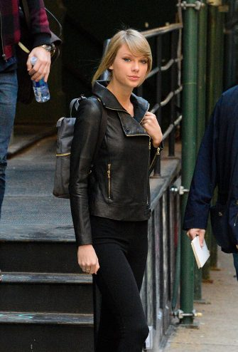 NEW YORK, NY - DECEMBER 26: Taylor Swift is seen in New York City on December 26, 2014 in New York City.  (Photo by Gardiner Anderson/Bauer-Griffin/GC Images)