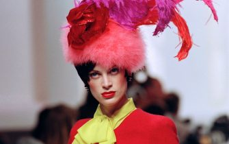 US model Kristen McMenamy displays a creation designed by Karl Lagerfeld for the presentation of Chanel's 1994 Fall-Winter high fashion collection on July 19, 1994 in Paris. / AFP / Pierre VERDY        (Photo credit should read PIERRE VERDY/AFP via Getty Images)