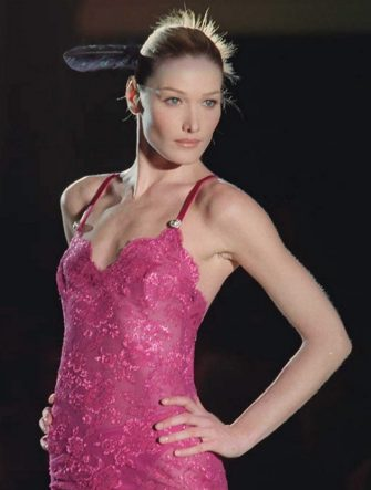 PARIS, FRANCE:  Italian model Carla Bruni shows a pink evening gown 20 January designed by Gianni Versace for the Haute-Couture 1996 Spring/Summer collection in Paris. AFP PHOTO (Photo credit should read GERARD JULIEN/AFP via Getty Images)
