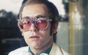 English pop singer Elton John in a white jacket and rococco spectacles, circa 1978.  Where: London, United Kingdom When: 01 Jan 1978 Credit: Terry O'Neill / Iconic Images/Cover Images  **EDITORIAL USAGE ONLY - NO USAGE WITHOUT PRIOR PERMISSION**