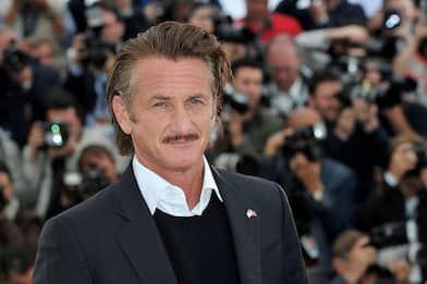 Covid, Sean Penn minaccia di lasciare il set di Gaslit senza vaccini