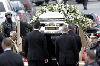 epa03112532 Pallbearers carry US singer Whitney Houston's casket to a hearse following her funeral at New Hope Baptist Church in Newark, New Jersey, USA, on 18 February 2012. Houston died at the age of 48 in Beverly Hills, California, on 11 February 2012.  EPA/JUSTIN LANE   ALTERNATIVE CROP OF epa03112272