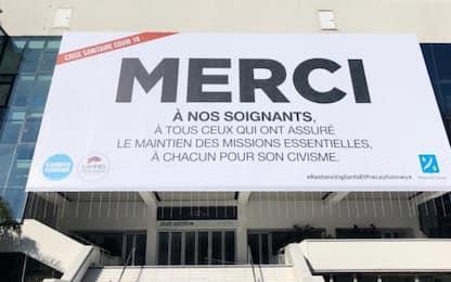 """Coronavirs,  """"Merci"""": la scritta sul Palais des Festivals di Cannes"""