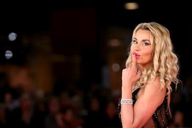 Valeria Marini, un compleanno tra  baci stellari e commedie brillanti
