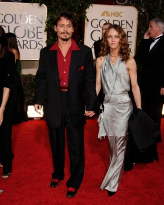 JOHNNY DEPP & VANESSA PARADISHFPA 63rd Golden Globe Awards at The Beverly Hills Hilton, Beverly Hills, California, USA.January 16th, 2006Ref: PL globes full length celebrity couple black suit blue dresswww.capitalpictures.comsales@capitalpictures.com©Phil Loftus/Capital Pictures