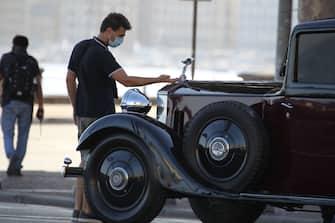 Le prime immagini di una scena dal set del film di Paolo Sorrentino E STATA LA MANO DI DIO,primi ciak a Napoli nella zona del lungomare in un set blondato