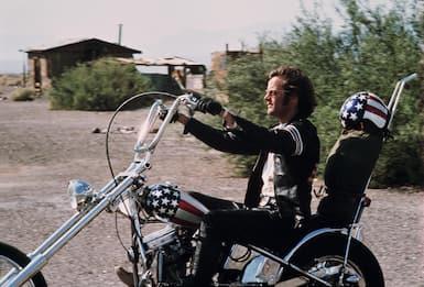 Harley Davidson, in sella a una moto sulle strade del cinema