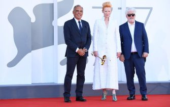 """VENICE, ITALY - SEPTEMBER 03: (L-R) Director of 77 Mostra Internazionale d'Arte Cinematografica Alberto Barbera, Tilda Swinton and Director Pedro Almodóvar walk the red carpet ahead of the movie """"The Human Voice"""" and """"Quo Vadis, Aida?"""" at the 77th Venice Film Festival at  on September 03, 2020 in Venice, Italy. (Photo by Daniele Venturelli/WireImage,)"""