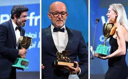 Festival di Venezia 2020, i premi: trionfano Nomadland, Favino e Kirby